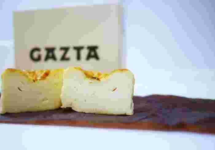 バスクチーズケーキは表面が黒く焦げたようにしっかり焼かれており、持った感じもどっしり重たく、中は硬くなくとろけており、チーズが濃厚でワインにもあうのが特徴的なチーズケーキです。その口どけと味わいはありそうでなかった新食感です。