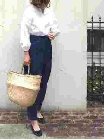 お姫様のような袖のシャツブラウスは女性らしさを最大に引き出してくれます。足元はローヒールの上品スタイルにカゴバッグでこなれ感をプラス。