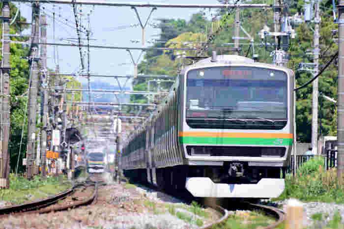 電車はJR湘南新宿ラインと横須賀線が乗り入れており、横浜まで約20~25分、渋谷まで約50~60分、新宿まで約55~80分、東京まで約50~60分でアクセスできます。周辺はバスも通っていて、移動は不便ではありません。