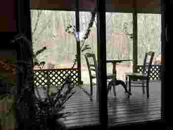 しっとりと落ち着いた店内。大きな窓からは四季の移ろいを感じます。人気のテラス席からは緑を間近に見ることができます。
