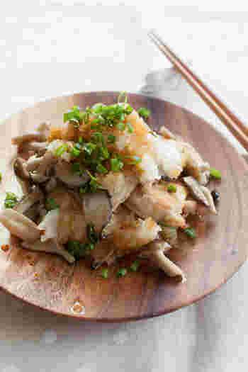 下味をつけて焼いた鶏むね肉の上に、生姜で炒めたキノコをのせ、お好みで七味と青ネギをかけて、おろしポン酢で頂きます。さっぱりとしたおろしポン酢は、食欲のないときにぴったり。