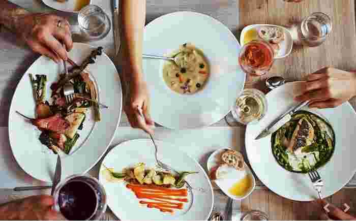 """""""クーリシャス""""とは、「& ecle」の造語。旬の野菜から添加物を加えずに作るソース「クーリ」に、私たちにもなじみ深い「米や雑穀」を組み合わせたメニューの呼称です。"""