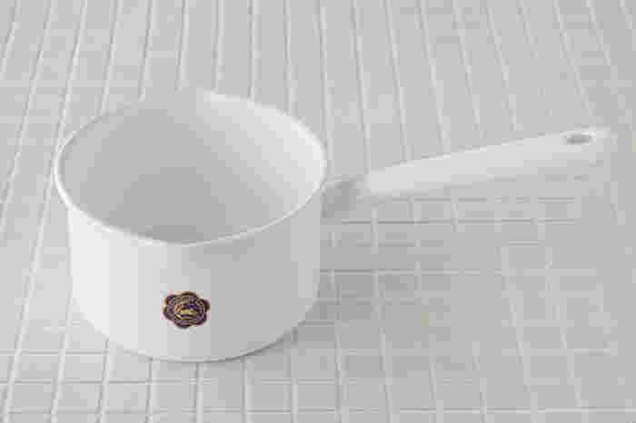 生活用品全般を扱っている株式会社フジイのオリジナルブランド「月兎印(つきうさぎじるし)」の「ソースパン」。ガラス質の釉薬で覆われている琺瑯製の鍋は、汚れもよく落ちて、ニオイもつかずに衛生的。煮洗いだけでなく普段のお料理にも使い勝手の良い鍋です。