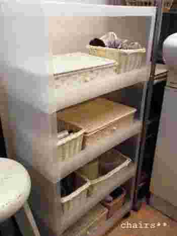 洗面所のチェストには家族ひとりひとりが使うものをカゴごとに整理しています。これなら、一人ずつ必要なものをすぐに取り出すことができますね。