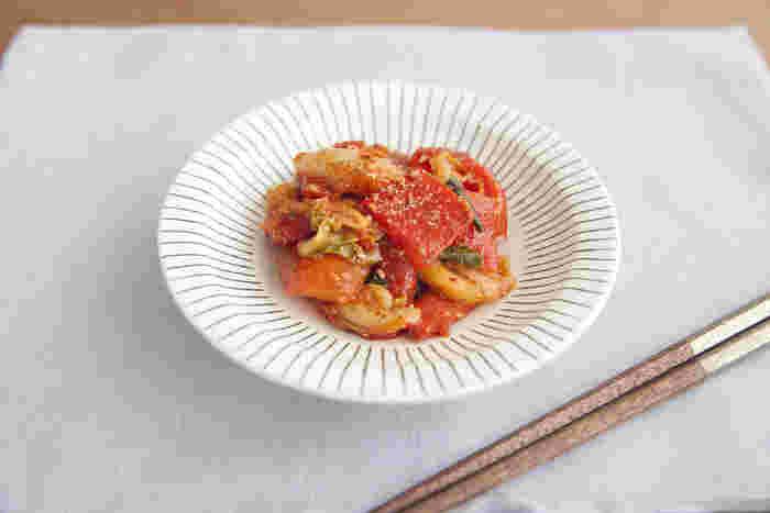 こちらはパプリカをキムチで和えた一品。夏が旬のパプリカをおいしく食べられるレシピです。キムチにしっかり味がついているので、調味料はごま油だけ。作り置きにもおすすめです。