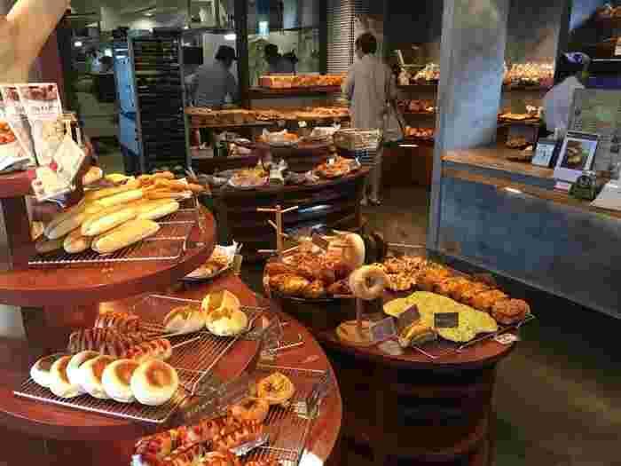 湘南界隈にあるパン屋さんは、どことなくゆっくりとした雰囲気で、 ナチュラルで、素朴。  素材にこだわっていて、健康志向のオーガニックや天然酵母にこだわる店も多くあります。  そんな海沿いの町のパン屋さんに、足を運んでみませんか?