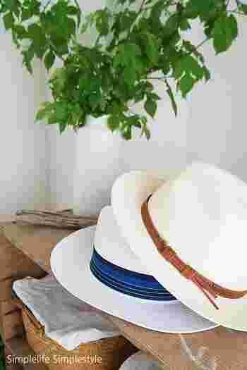 そして洋服が少ない分、小物使いで変化をつけて。帽子なら手軽におしゃれ感がアップできますし、巻いたり羽織ったりできるストールも便利。またブローチで遊んでみるなど、個性を発揮するのもいいですね。