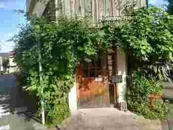 """下北沢にある「DARWIN ROOM(ダーウィンルーム)」は、""""考える人を応援する""""コンセプトカフェです。建物は、チャールズ・ダーウィンが暮らした英国の田舎屋の風景をイメージしているそう。"""
