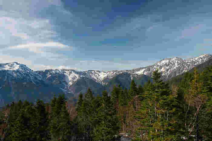 新穂高ロープウェイを乗り継ぎ、西穂高駅口駅まで到着するとそこは、標高2156メートルの高原です。地上5階建ての駅舎の最上階は、展望台となっており、西穂高口展望台として「ミシュラン・グリーンガイド・ジャポン2009」で二ツ星に輝いています。ここからは、槍ヶ岳、西穂高岳といった北アルプスに連なる数々の名峰を臨むことができます。
