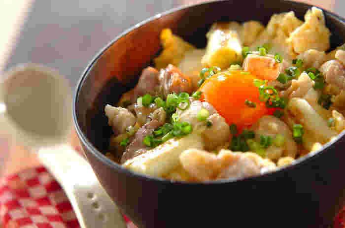 ほっかほかのご飯に柔らか鶏肉とシャキシャキ長ネギを玉子でとじた優しい味の親子丼。卵黄を乗せることで見た目美しくなりますね♪