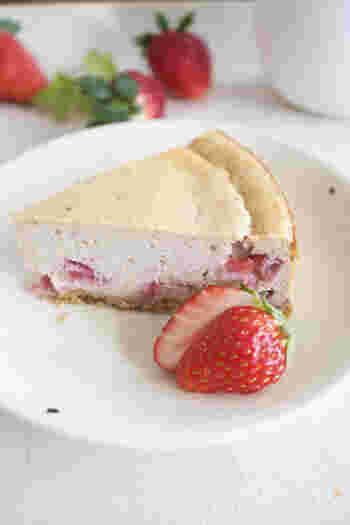生クリームを使わず作るカロリーオフのチーズケーキ。いちごのジャムを混ぜ込んで、ほんのりピンク色に仕上げています。いちごのつぶつぶ食感がくせになるおいしさです。
