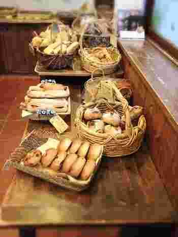 こちらのパンは、自家製酵母と無農薬国産小麦石臼挽き全粒粉・ライ麦粉、天塩を使用の無添加。固くてずっしりしたパンが特徴です。