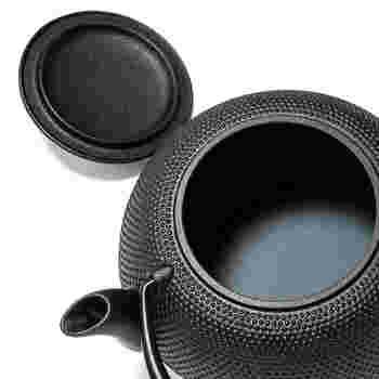 小さな錆びは、煎茶を浸した布でふき取れば落とすことができます。  内部が錆びてしまったときは、茶殻をダシ取り用のパックなどに詰めて20分ほど煮詰めます。(お湯が黒くなりますが、お茶の成分タンニンと鉄分との反応ですので問題ありません) その後、お湯が透明になるまで何度か沸かすのを繰り返したら、いつも通りに使用できます。