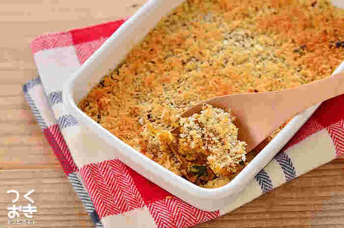 手作りのコロッケといえば、柔らかくて成形がちょっと大変…そんな人にもおすすめなのがスコップコロッケです。耐熱容器に敷き詰めてオーブンで焼くだけなので、ヘルシーな上に簡単!かぼちゃの甘さとカレー粉の辛さや風味が絶妙です。