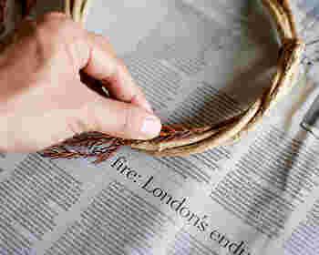ワイヤーで根元の部分を巻きつける、もしくはグルーガンで接着していきます。壁などに吊るしたい場合は、この時点で吊るす用の紐を結んでおきましょう。
