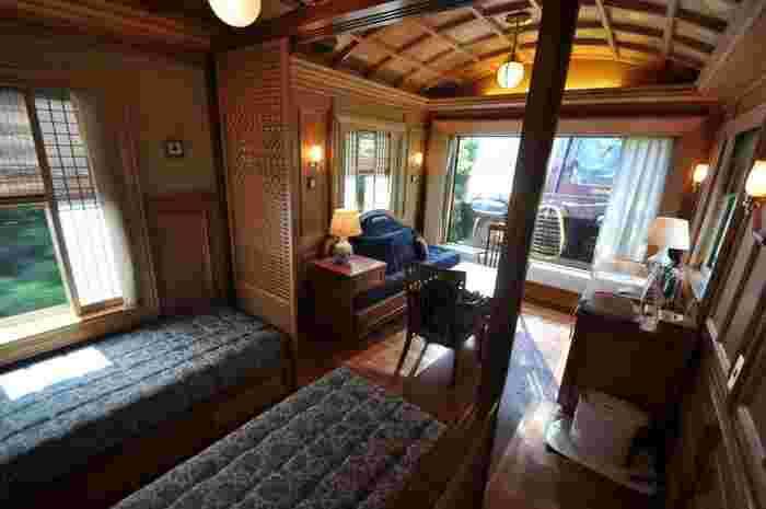 列車内とは思えないような、木の温もりを感じる寝台個室。ソファに腰掛けながら流れる景色をゆったりと眺めることができるのは、クルーズトレインならではの贅沢ですね。湯布院では温泉旅館にも宿泊でき、癒されながら旅することができます。
