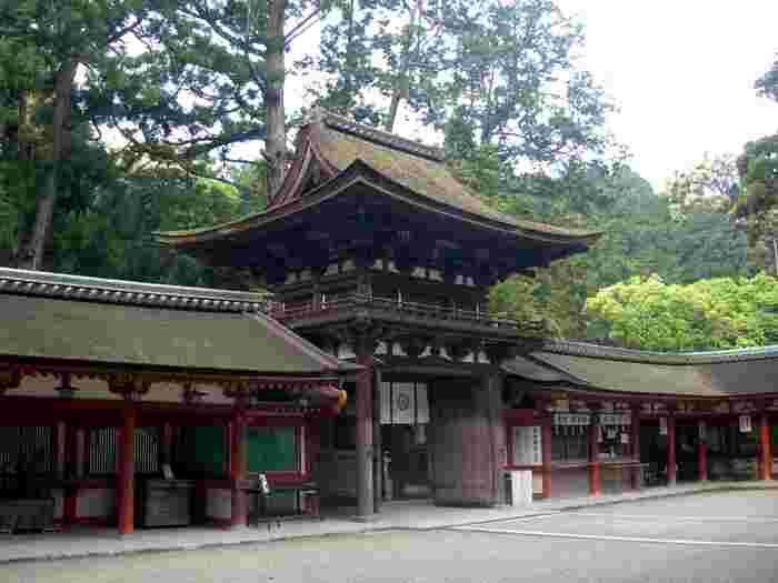拝殿の前庭には、楼門を中心に拝殿を取り囲むように廻廊が造られています。廻廊を支える朱色をした柱が、周囲の緑の美しさを引き立てています。