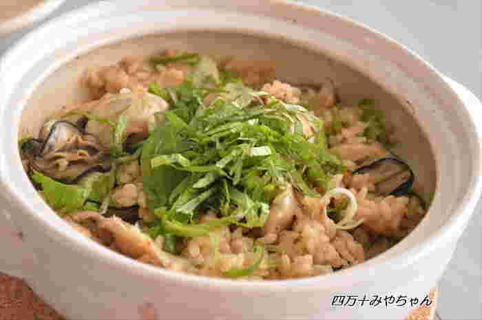 贅沢気分が味わえる牡蠣の炊き込みご飯は、土鍋て炊くことで、牡蠣もふっくら仕上がります。 牡蠣のうま味がご飯に染みて、お代わりしたくなること間違いナシです。ごちそう感もあるので、おもてなしシーンにもおすすめです。