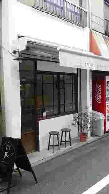 阿佐ヶ谷駅から北に徒歩13分、小さな焼菓子店「ルスティカ菓子店」。「日々の生活の中にささやかな幸福をもたらすお店でありたい」と、幸福をもたらす鳥と言われるつばめの学名:Hirundo rusticaから名付けました。