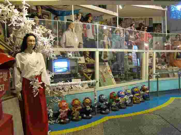 中には様々な人形や雑貨などが所狭しと陳列されています。昭和の香りが漂う異空間です。話のネタに訪ねてみる?