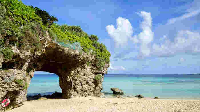 その名の通り、少し険しい「砂山」を登りきって、ビーチの方へ歩いてゆくと、珊瑚礁が隆起した天然のアーチが見えてきます。この独特の風貌は、宮古島のシンボルの一つでもあり、ポスターなどにもよく掲載されています。