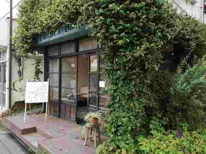 蔦の絡んだ外観が特徴的な「Unicorn Bakery(ユニコーンベーカリー)」。オーナーがアメリカ育ちのイギリス人であるお母さまと親子で営む手作りスイーツのお店です。