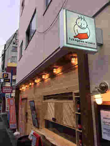 地下鉄・門前仲町駅からは徒歩約6分、JR京葉線の越中島駅からは徒歩約3分ほどのところにあるのが『深川ワイナリー』。お店のキャラ・ワインマンの看板が目印です。