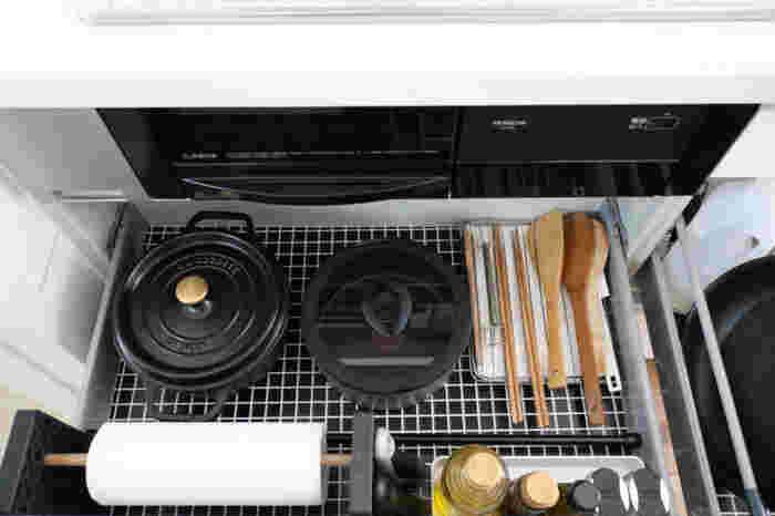 料理ひとつ作るにも作業工程の多いキッチンでこそ、探しているものがすぐ見渡せ、すぐ手に取れることが大切なんですね。 さらに、引き出しの中にはインテリアにマッチしたリメイクシートが貼ってあります。汚れにくくなるのはもちろん、何より好きな絵柄があるとワクワクします。見えないところまで素敵なキッチンです。