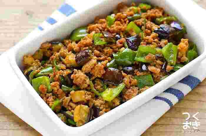 夏野菜の定番・ピーマンとナスを使ったレシピ。少しこってり目の味噌味で食べやすい。このままご飯にかけて丼風にしても良さそうですね。(冷蔵保存4日)