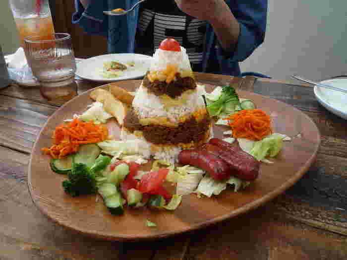 店名にもなっている「ティピー」をモチーフにした、沖縄のソウルフード「タコライス」はインパクト大!とんがり型のごはんを崩しながら、周りの野菜とミックスしていただきましょう♪