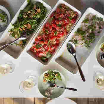 大人数が集まるパーティでは、大皿料理としてそのまま出してもOK!丸型プレートよりもお皿のフチが高いので、サーバースプーンも使いやすいんです。
