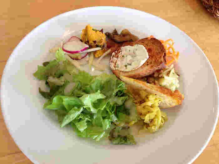 数種類の野菜を使った前菜がついてきます。さまざまな味付けで、少しずついろいろと盛り付けられているのがうれしいですね。
