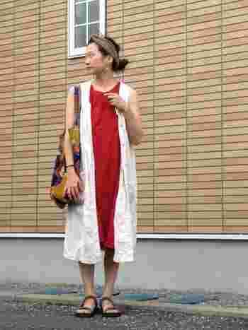 ナチュラルなワンピースの重ね着スタイルは、足元はすっと軽めに。涼しげなスタイルです♪