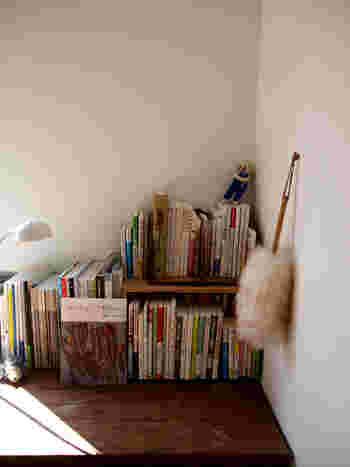 普段あまり出し入れしない本棚もホコリスポット。書籍などの紙製品からもホコリは発生してしまいます。本の上や本と本の隙間に溜まったホコリは、なかなかお掃除しにくいですよね。