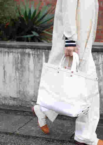 キャンバス地のトートバッグはどんなスタイルにも合う万能アイテムです。カジュアルなコーデにはもちろん、かっちりとしたスタイルにははずしとして合わせても良いでしょう。様々なデザインのものがあるのでお気に入りを見つけてみてください。