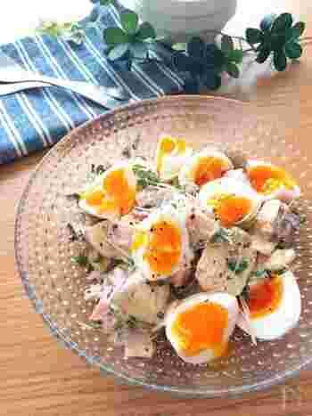 こちらは半熟卵にハムを合わせて、マスタード入りドレッシングで味付けしたちょっぴり大人のサラダ。おもてなし料理にもぜひ!