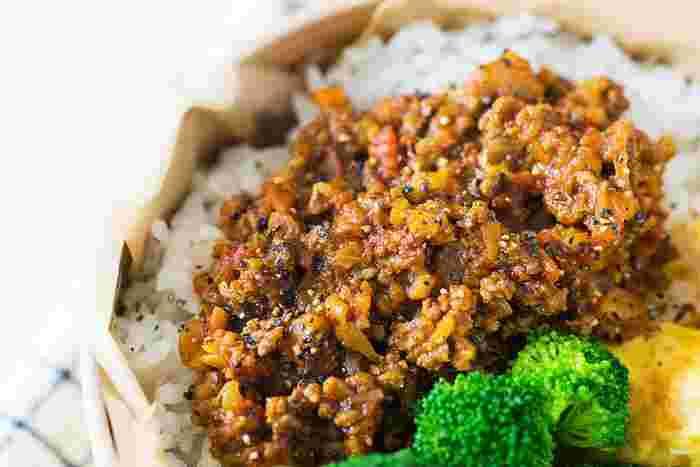 """煮込んで作るカレーではなく""""炒めて作る""""キーマカレー。フライパン一つで仕上がって、コトコト煮込む必要がなく調理時間も短いので、忙しい日には嬉しいメニューですよね。"""