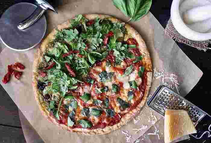 自家製野菜でピザを焼いたり・・・。トマトもたくさんできたら、トマトソースにして冷凍保存しておきます。季節の野菜があるだけで心もお財布も幸せになります。ちなみに、夏どれ野菜のズッキーニはとても使い勝手が良いのでオススメですよ!