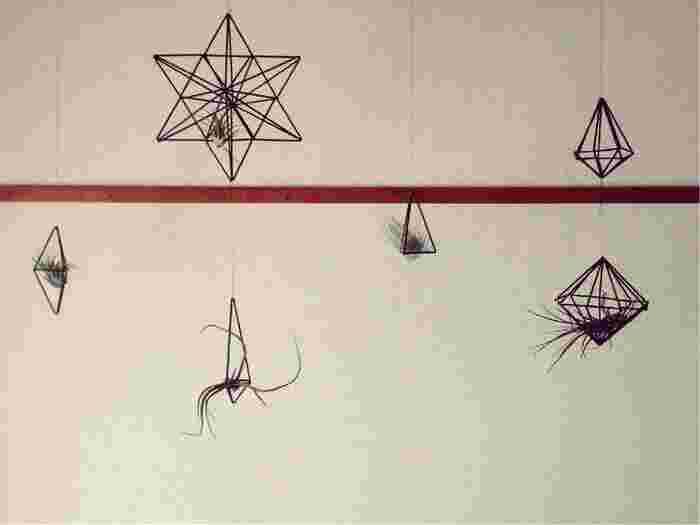 クリスマスの飾りにぴったりの星型ヒンメリ。片面を作るのに必要な材料は、長めのストロー12本、中ぐらいの長さのストロー12本、短めのストロー18本です。  画像は片面の星を裏表で組み合わせたもの。
