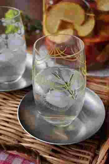 手作りのリンゴ酢に炭酸を加え、ローズマリーで香り付けしたさっぱりソーダ。リンゴ酢は作った翌日から使えます。簡単に作りたい時は市販のものを代用しても良いですね。