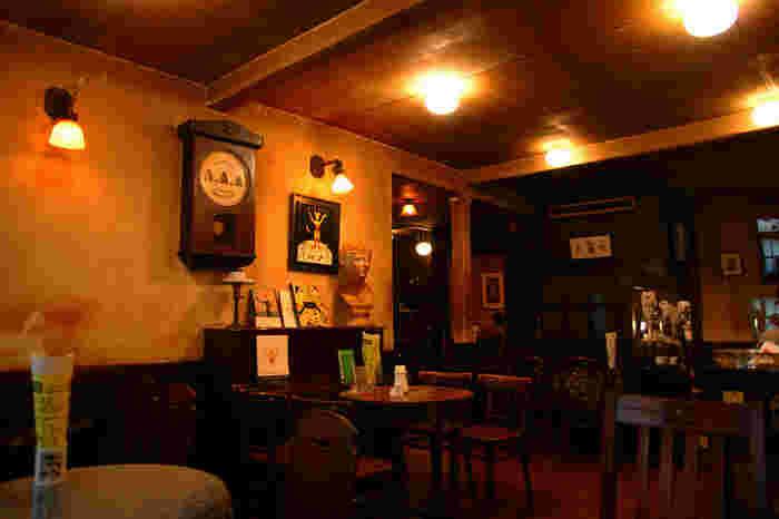 """鎌倉でレトロな雰囲気を楽しみたいなら、こちらの""""ミルクホール""""がオススメ。大正ロマンの雰囲気をそのまま残した、昼はカフェ、そして夜はバーへと変化する、鎌倉の有名喫茶です。"""