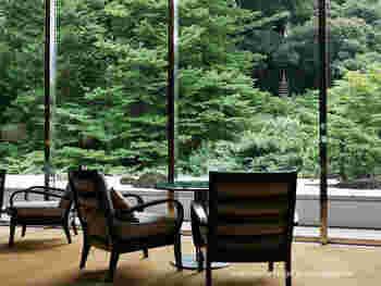 こちらは、白金台にあるシェラトン都ホテルのラウンジ「バンブー」。日本庭園を眺めながら、昼はお茶やデザート、夜はワインやカクテルとオードブルを、ジャズや和楽器の生演奏とともに楽しめます。