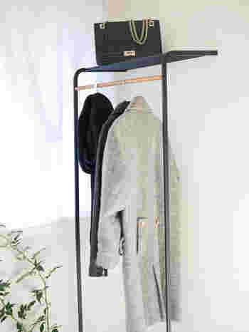 高さ160cmで長いコートも収納できるこちらのラック。ブラックのフレームが空間を引き締めてくれそう。上の棚に帽子やバッグを置けるのが便利ですね!