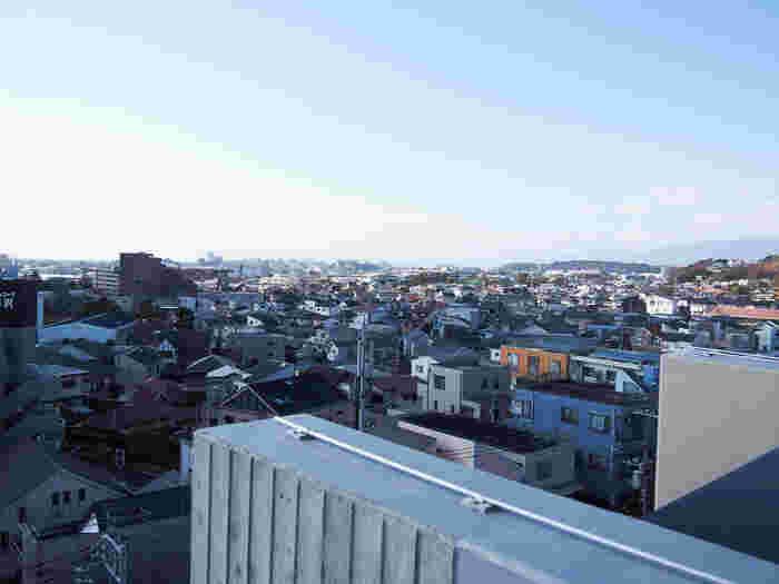 渋谷や東京、新宿までは約45~70分ほど。少し時間はかかりますが、乗り換えなしで通える便利さから、ベッドタウンとしても人気を集めています。都内に通勤しながら海の近くで暮らしたいという願望を叶えられる場所なんです。