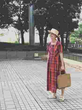 """お洋服を1枚でうんと楽しめる季節って、よくよく考えたら""""夏""""だけですよね。だからこそ1枚でサマになるロングワンピースやサンドレスが大活躍する時期ではないでしょうか。そこで今回は、大活躍間違いなしのロングワンピやサンドレスの着こなしを一足早くご紹介します。"""