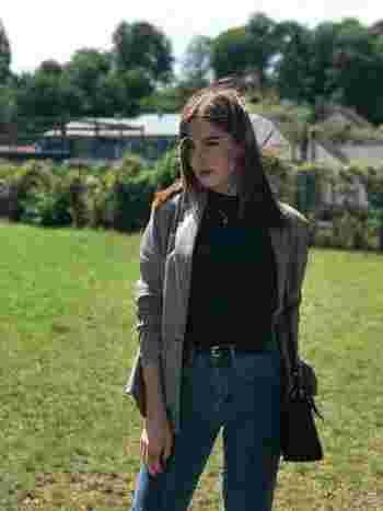 ハイネック&ハイウエストデニムのアウターとして、イギリスっぽいチェックのジャケットをさらりと。飾らない小慣れた雰囲気が◎。