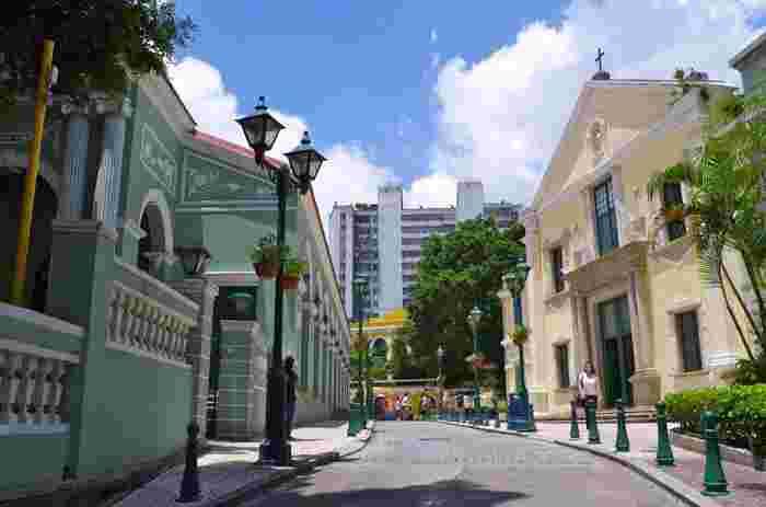 「聖オーガスティン広場」は、セナド広場から徒歩5分ほどの場所にある、人気観光地が密集しているエリアです。この広場は 聖オーガスティン教会、ドン・ペドロ5世劇場、聖ヨセフ修道院、ロバート・ホー・トン図書館に囲まれており、カラフルなパステルカラーの建物を一度に鑑賞することができますよ。