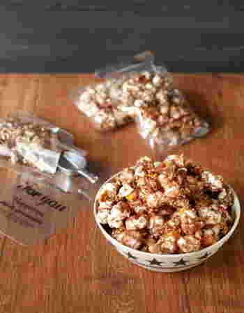 市販のポップコーンにチョコを絡めた簡単チョコポップコーンを小分けの透明袋に入れて。メイソンジャーのような形のおしゃれな袋で、お友達や社内に配るのにも最適です。