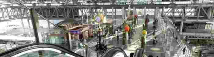 ルクアやルクア1100などを含むノースゲートビルと、大丸百貨店やホテルグランヴィア大阪を含むサウスゲートビルは、駅の上にかかる連絡橋で繋がっています。大阪ステーションシティで、おいしいランチが楽しめるお店を紹介しましょう♪