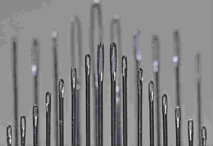 針ですが、普通の刺繍針は針穴が大きくなっているのでビーズに通らないことが多いです。 薄地用の縫い針と、細いビーズ針を用意すると穴の小さなビーズにも通るので便利です。